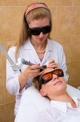Лазерный метод удаления родинок особенно показан, если образование находится на лице, шее, открытых участках - где чувствительная кожа.