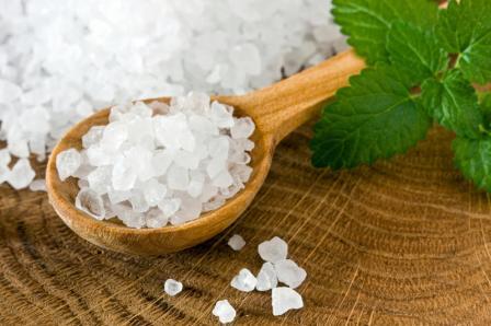 Применить морскую соль от прыщей можно в специальных умываниях и ваннах