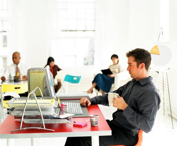Офисная работа может стать причиной появления прыщей на локтях