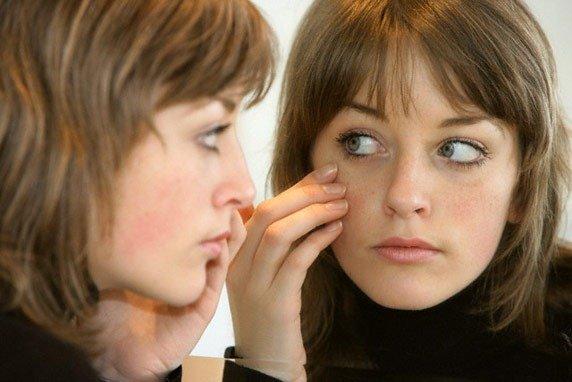 Если выдавить прыщ на щеке неправильно, возможно воспаление, отек и даже инфицирование здоровой кожи