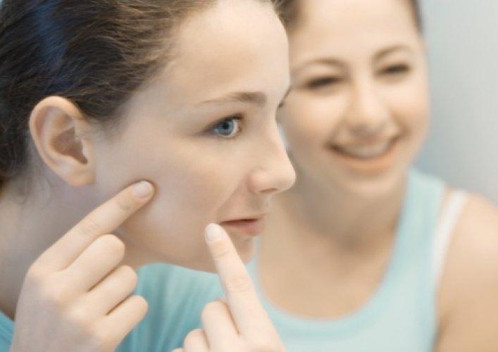 Что необходимо предпринять, чтобы избавиться от прыщей на щеках и по всему лицу?
