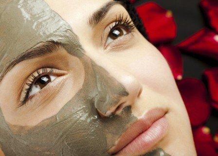 Глина спасает лицо от черных точек, одновременно омолаживая кожу