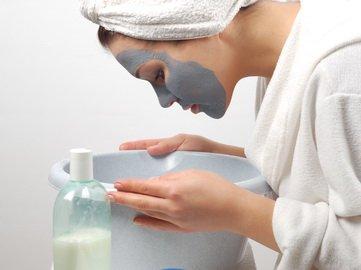 Правильно подобрав рецепт и ингредиенты, можно приготовить маску от прыщей из мумие в домашних условиях