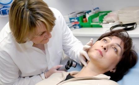 При подозрительных случаях - осмотр у дерматолога обязателен