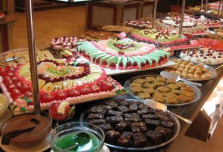 Всевозможные сладости в виде конфет, булочек, тортиков и пирожных — нельзя