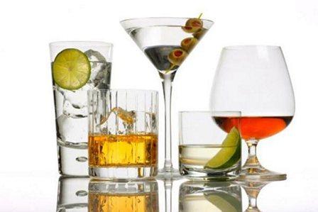 Алкоголь затрудняет работу печени, нарушает выработку желчи и задерживает воду в организме