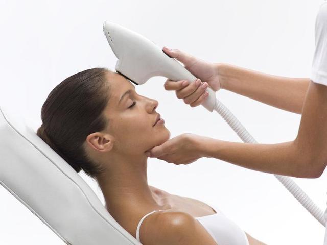 Давно замечено, что солнечный свет оказывает целебное воздействие на кожу, пораженную псориазом, который является иммунным нарушением