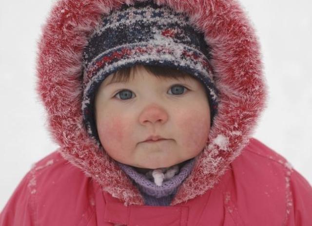 Защитить от ветра и сохранить тепло помогут: длинные варежки, теплые шарфы, одежда с капюшонами