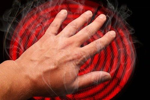 Неосторожное поведение с огнем, паром или химией – вызывает ожог