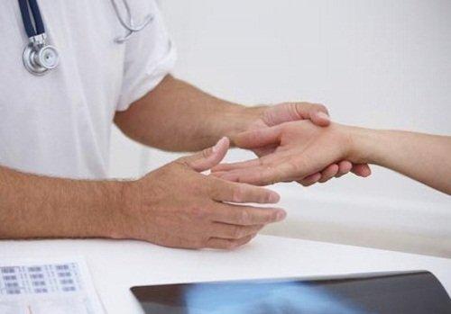Немеет левая рука – причину определит только врач