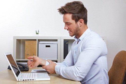 Работа за компьютером – провоцирующий фактор вызывающий онемение левой руки