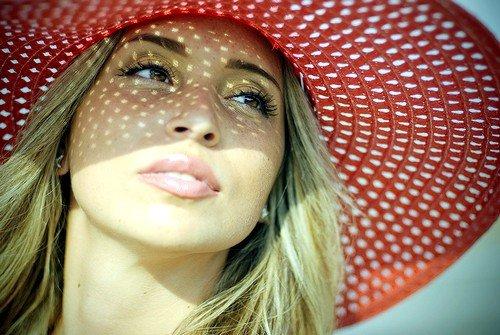 Чрезмерное воздействие ультрафиолетовых лучей на кожу приводит к возникновению пигментных пятен