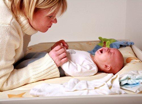 У новорождённых частой причиной беспокойства являются колики