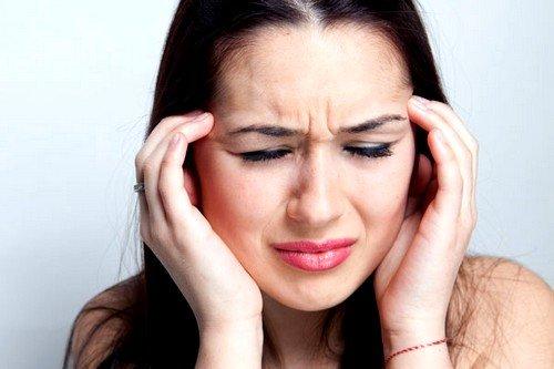 Приступ мигрени может быть вызван сыром, шоколадом, различными орехами и цитрусовыми, некоторыми мясными изделиями, кофеином
