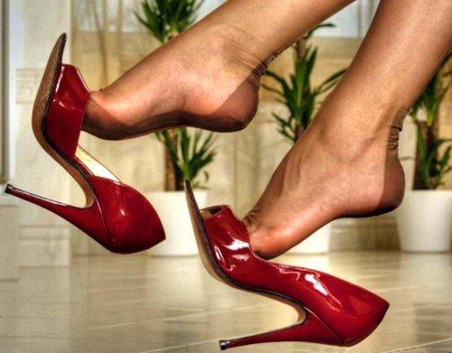 Ношение высоких каблуков может являться причиной болезненного спазма