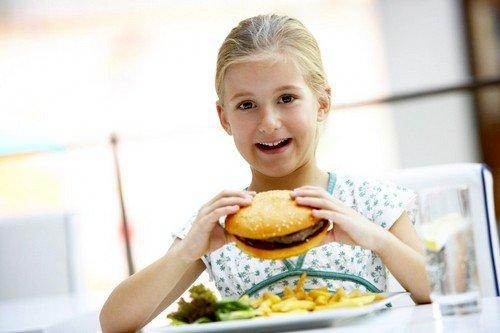 Несоблюдение правильного питания и употребление фастфуда вредно для горла
