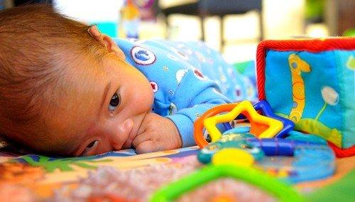 боли в животе у ребенка могут быть следствием простого скопления газов в кишечнике