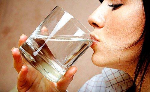 Перед тем как употребить препарат, необходимо высыпать содержимое одного пакетика в стакан, наполненный водой на одну треть