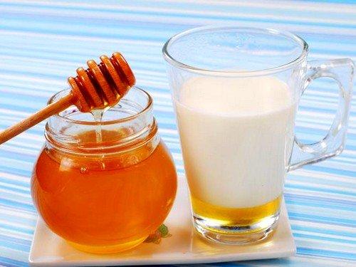 Молоко с медом для профилактики вздутия живота