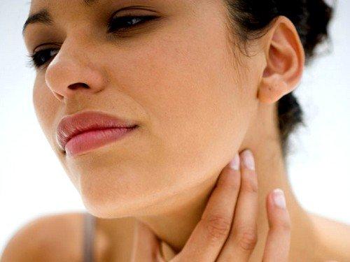 Основной симптом - характерные боли в горле, иногда возникает сложность в глотании