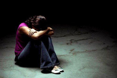 В случае осенней депрессии человека обычно охватывает глубокая апатия, ему неинтересно заниматься даже теми делами, которые прежде увлекали