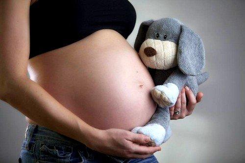 Каждая беременная женщина должна сдавать кровь на ВИЧ-инфекцию, так как это может помочь предотвратить рождение инфицированного ребенка