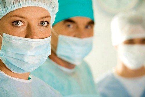 Некоторые хирурги используют эндоскопию, при которой делается несколько маленьких разрезов