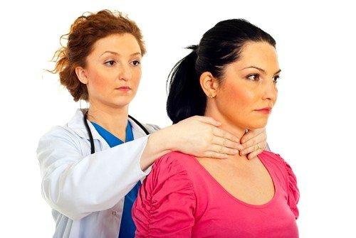 Эндокринологи проводят первичный осмотр с помощью прощупывания