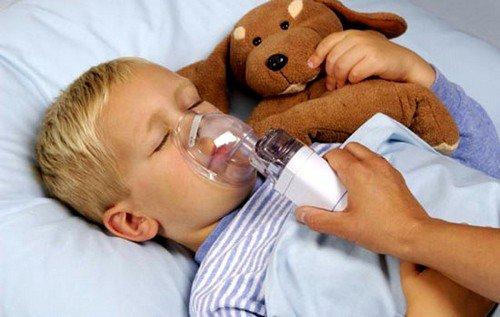 Небулайзер при аденоидах у детей превращает раствор или отвар для ингаляций в аэрозоль, который равномерно распределяется на слизистой носа