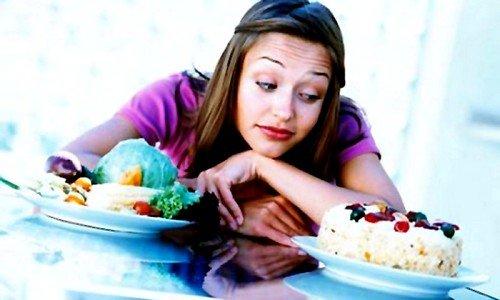 Следует исключить жирные продукты, выпечку, копчёности, напитки с газом и острые блюда