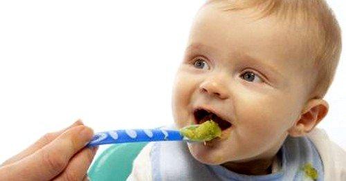 Раннее введение прикорма может спровоцировать запор у грудного ребенка