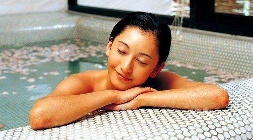 При появлении дискомфорта внизу живота, можно принять успокаивающую ванну