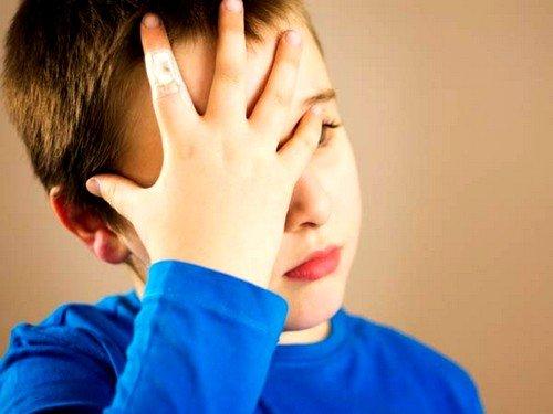 Признаки сотрясения у дошкольников проявляются в потере сознания на непродолжительное время, тошноте, рвоте, легком головокружении, потере сна
