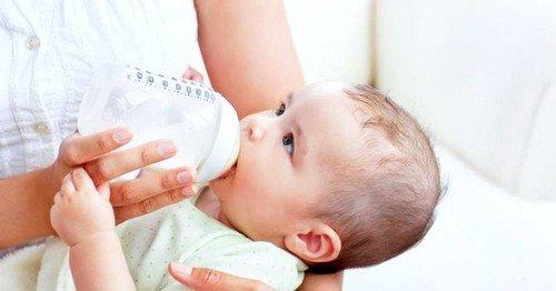 сновной причиной запора у грудничка при грудном вскармливании является неправильно построенное питание мамы малыша