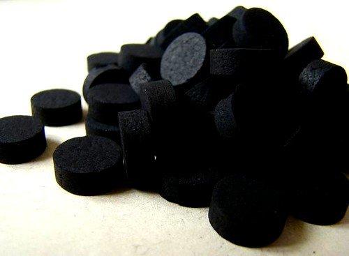 Активированный уголь может влиять на цвет кала