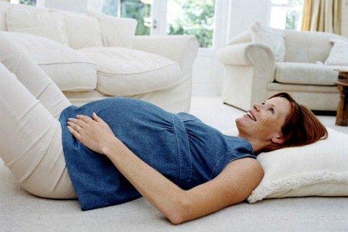 Для большего эффекта, во время тренировки можно поднимать ноги, напрягая ягодичные мышцы и прижимая их к животу