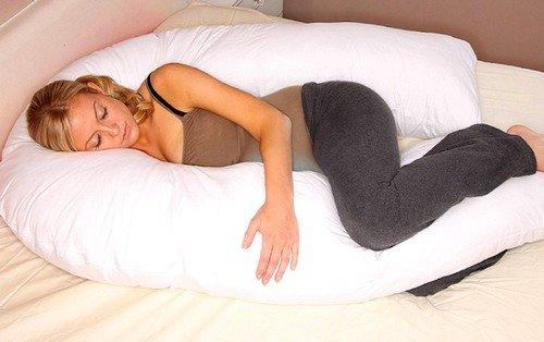Подушка в форме подковы определенно имеет массу положительных сторон