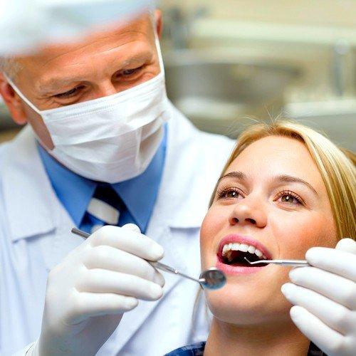 Перед назначением операции пациент проходит детальное обследование, после которого могут быть установлены причины препятствующие имплантации
