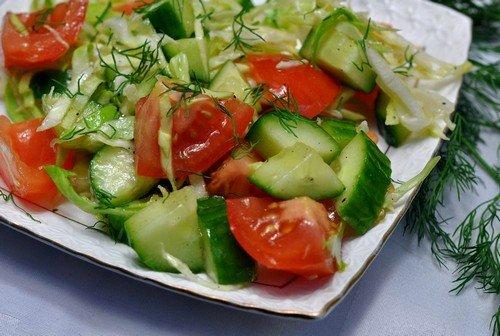 салат из огурцов с помидорами, листьями салата, зеленью