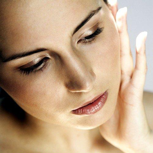 косметический массаж проводится для улучшения состояния кожи как эстетическая процедура, а лечебный массаж направлен на борьбу с болезнями