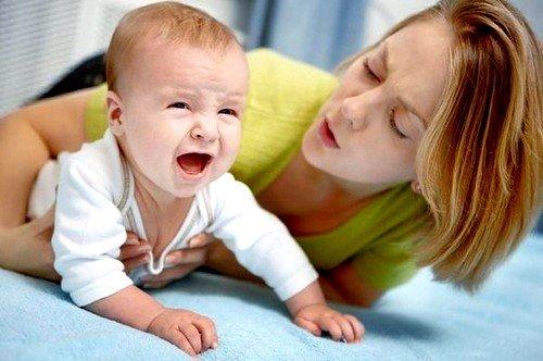 Если ЛН вторичного типа, то можно заметить, как ребенок часто прижимает ножки к животу, а в дефекациях просматриваются комки молока