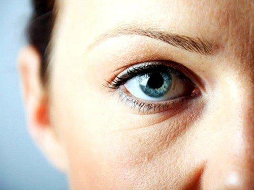 регулярное использование косметики низкого качества как причина мешков под глазами