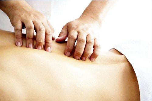 В ситуации грыжи массаж имеет важное значение, однако его категорически противопоказано проводить в период, когда болевой синдром у пациента находится в стадии обострения