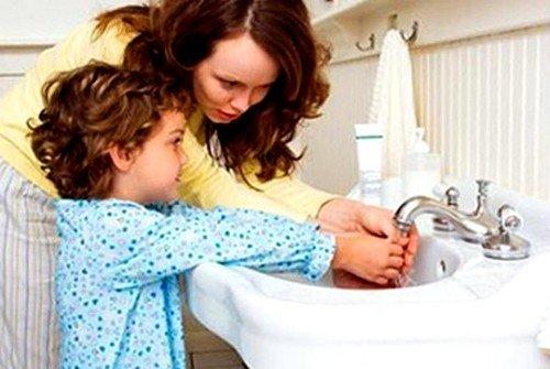 Лямблиоз от одного ребенка может распространиться на всех членов семьи в кратчайшие сроки