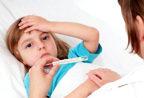 Если повышенная температура тела держится на протяжении суток, то обращение к врачу должно быть обязательным
