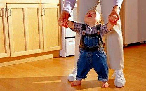 Ребенок должен начинать приучаться к ходьбе своевременно, но никак не раньше естественного времени