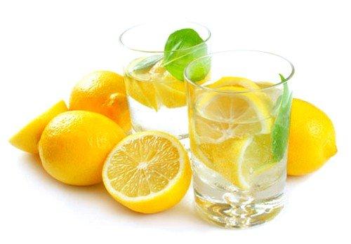 Благодаря естественному кислотному уровню, лечение соком лимона сделает кожу ступней более мягкой и эластичной