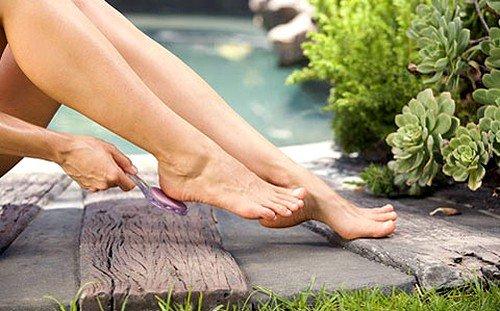 Провоцирующим фактором образования ороговелостей и трещин на пятках является тесная и/или неудобная в ношении обувь