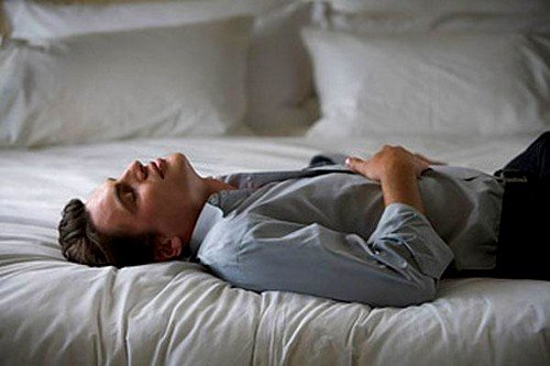 В случаях острых болей внизу живота и в поясничном отделе спины необходимо срочно вызывать скорую помощь