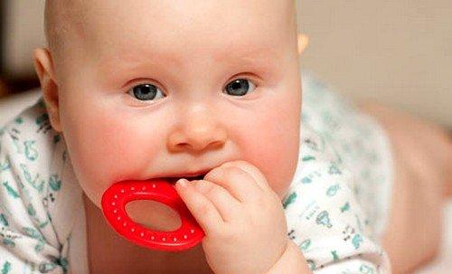Как помочь ребенку справиться с зудом во время прорезания зубов фото